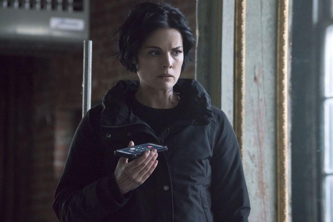 Noch immer ist sich Jane (Jaimie Alexander) nicht sicher, ob sie Weller von dem Mord ihres Bruders an Emma Shaw berichten soll. Da macht dieser den... - Bildquelle: Warner Brothers