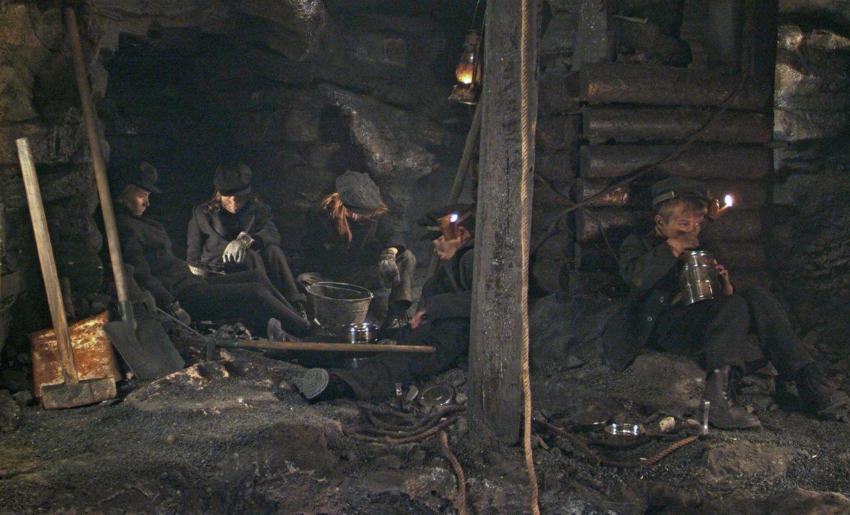 Im Jahre 1913 geschieht in einem abgelegenen Bergwerk in Pennsylvania ein Unglück, als der hartherzige Besitzer, Caleb Carlton, einen Schacht mit Dy... - Bildquelle: Nu Image Films