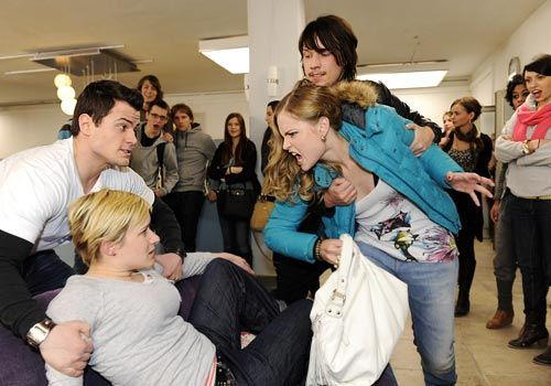 Timo und Ben versuchen die Streithähne Emma und Caro zu beruhigen ... - Bildquelle: Christoph Assmann - Sat1