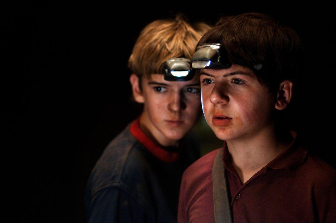 Auf der geheimnisvollen Insel geraten die Freunde Justus (Chancellor Miller, r.) und Peter (Nick Price, l.) in große Gefahr, denn in der Höhle woh... - Bildquelle: Buena Vista Pictures