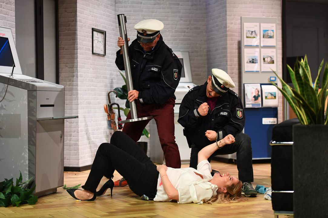 Haben die beiden Polizisten Bernhard Hoëcker (r.) und Wigald Boning (l.) mit der Putzfrau Caroline Frier (unten) die wahre Mörderin an der Hand? - Bildquelle: Willi Weber SAT.1