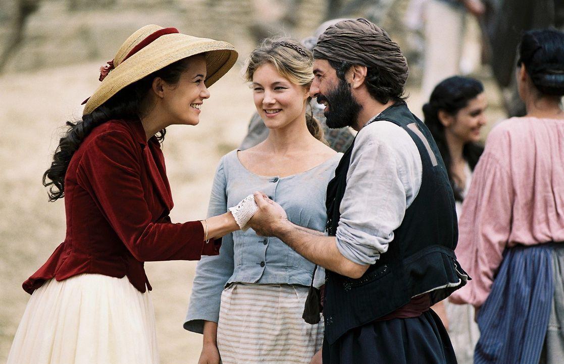 Lydia (Cordelia Wege, M.) und Yannakis (Merab Ninidze, r.) sind glücklich über Sophias (Mélanie Doutey, l.) Rückkehr. - Bildquelle: Stephan Rabold Sat.1
