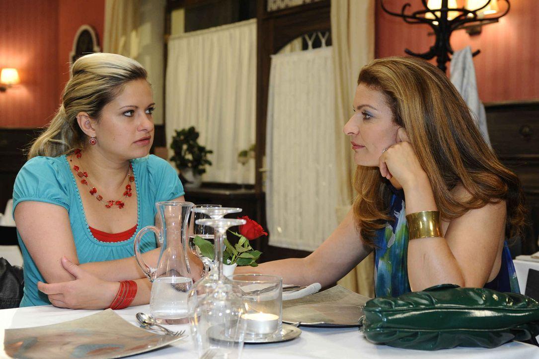 Mia (Josephine Schmidt, l.) ist erleichtert, denn Natascha (Franziska Matthus, r.) erklärt sich bereit, mit Erna zu reden ... - Bildquelle: SAT.1