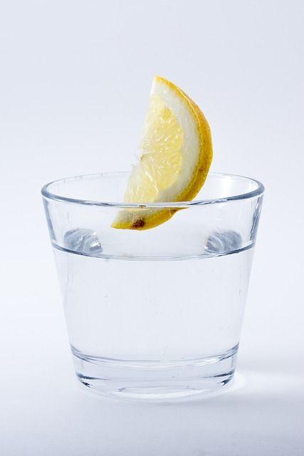 Ein Glas Wasser trinkenViel trinken ist nicht nur wichtig für die Energie, d...