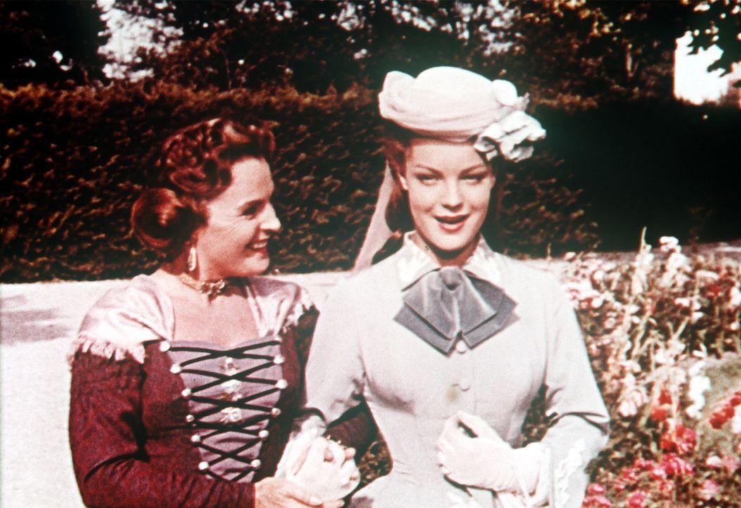 Bei ihrer Mutter, Herzogin Ludovika von Bayern (Magda Schneider, l.), kann Sissi (Romy Schneider, r.) ihren Kummer loswerden ... - Bildquelle: Herzog-Filmverleih