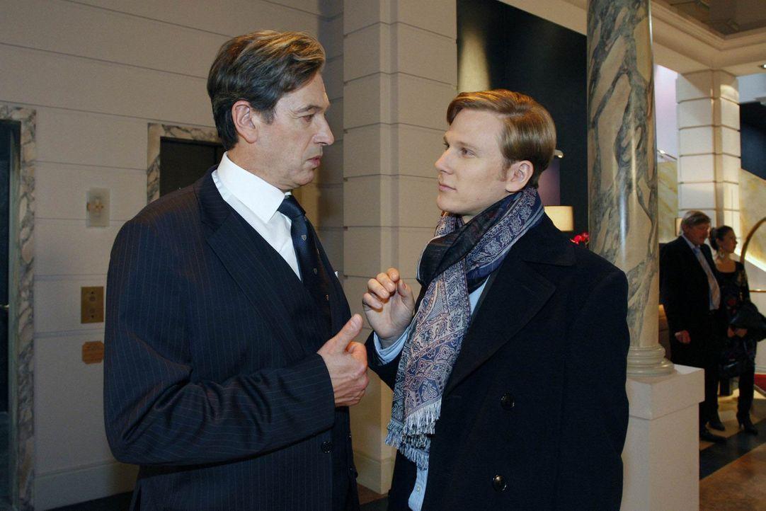 Als Julius (Günter Barton, l.) weiter seine schützende Hand über Mark hält, schießt Philip (Philipp Romann, r.) eine weiteren Pfeil gegen Mark... - Bildquelle: SAT.1