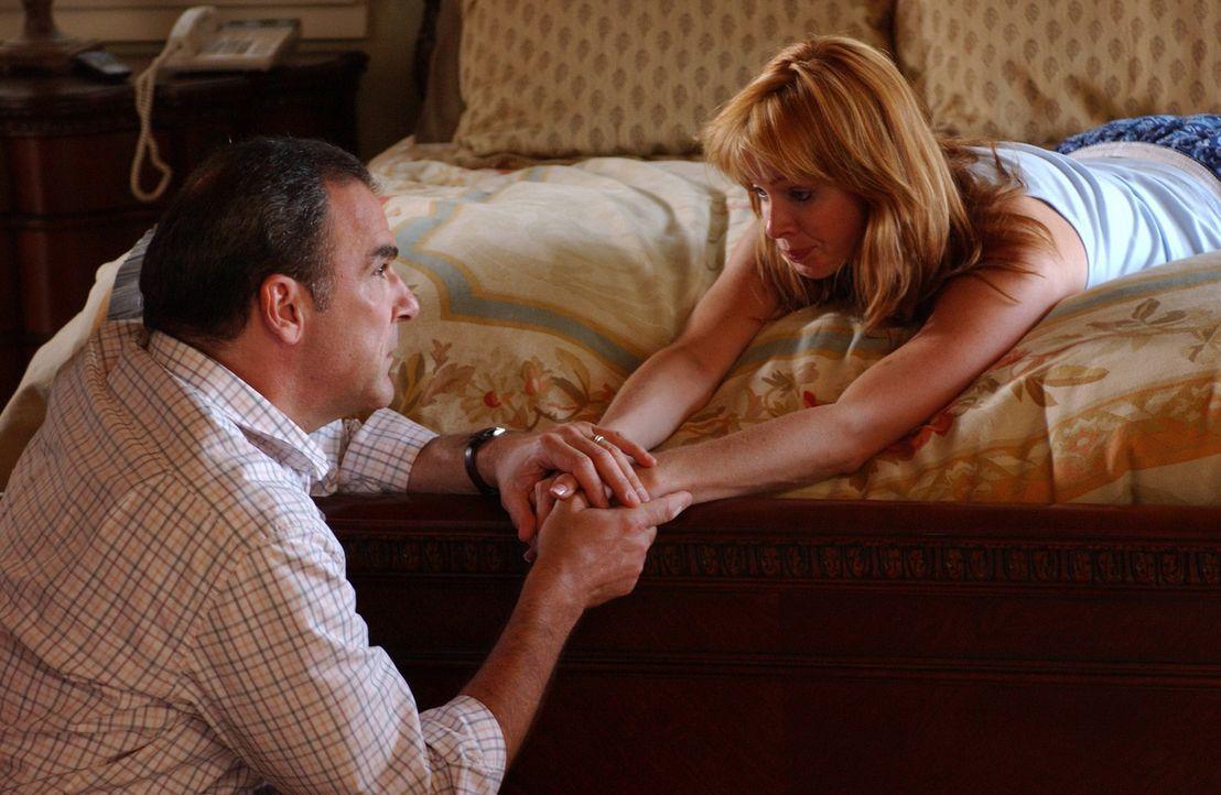 Gerade noch rechtzeitig kommt Special Agent Jason Gideon (Mandy Patinkin, l.) und sein Team um Shelly Hart (Kelley West, r.) vor dem Vergewaltiger z... - Bildquelle: Touchstone Television