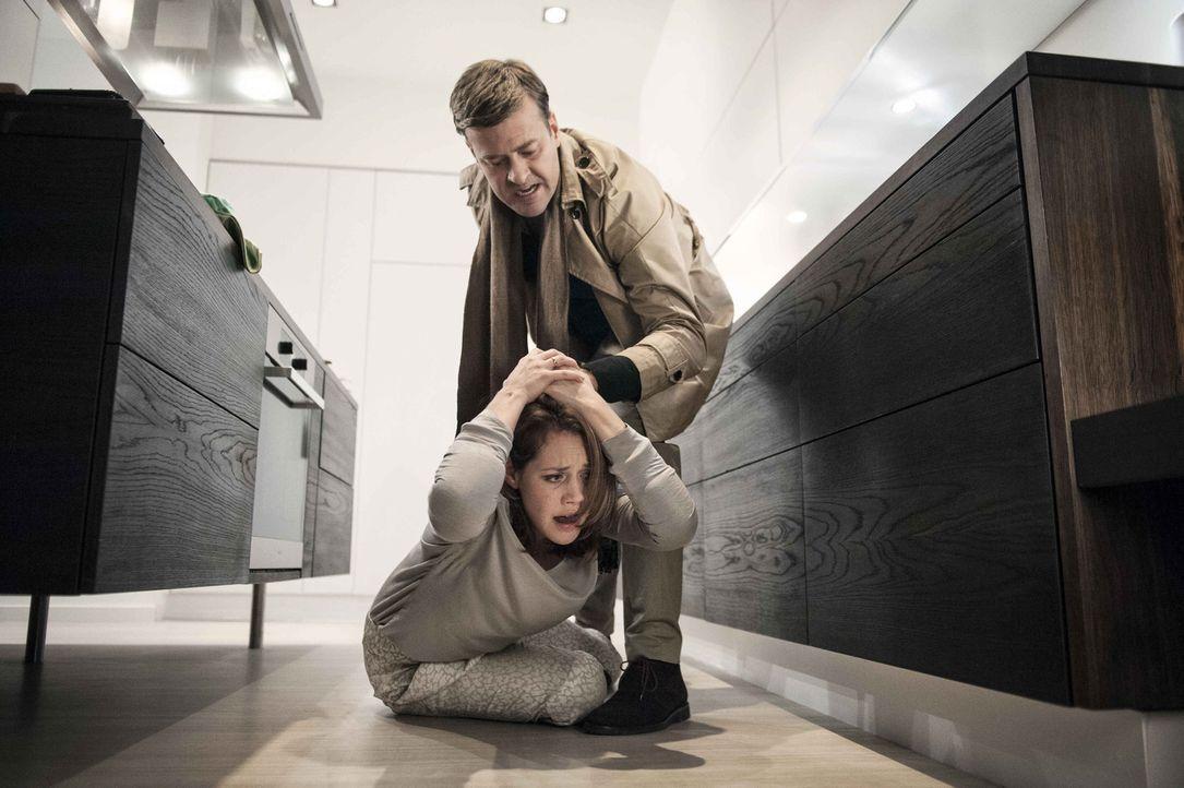 Die Schläge werden immer häufiger und brutaler. Als Alexander (Marcus Mittermeier, r.) eines Abends das Haus verlässt, wagt Leonie (Felicitas Woll,... - Bildquelle: Britta Krehl SAT.1