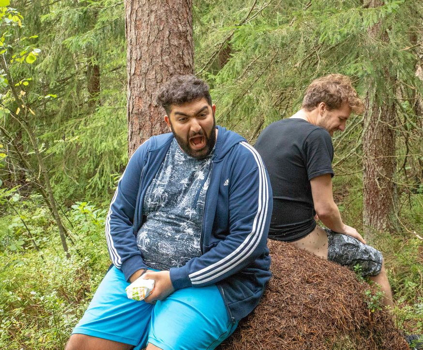 Entertainer Luke Mockridge (r.) und Comedy-Kumpel Faisal Kawusi (l.) reisen gemeinsam nach Finnland und tun alles, um auch dort berühmt zu werden ... - Bildquelle: SAT.1
