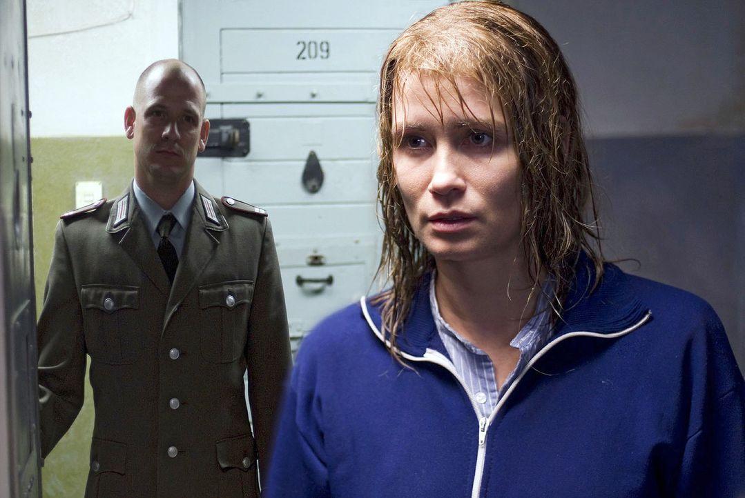 Katja (Anja Kling, r.) ist im Gefängnis unzähligen Schikanen ausgesetzt. So verwehrt ihr nach einem Hofgang im strömenden Regen der Wärter (Hans... - Bildquelle: Dirk Plamböck Sat.1