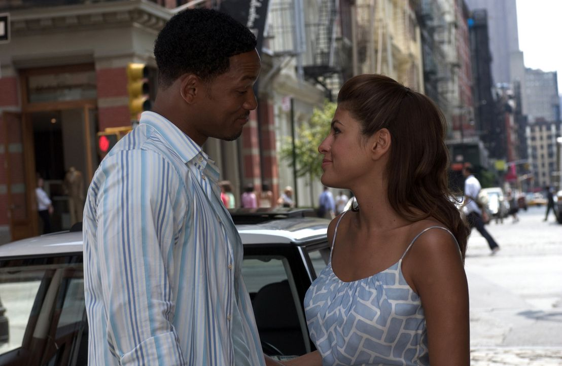 Als sich Heiratsvermittler Alex (Will Smith, r.) in Sara (Eva Mendes, l.) verliebt, findet sich der abgeklärte Date-Profi bald auf ungewohntem Terr... - Bildquelle: Sony Pictures Television International. All Rights Reserved.