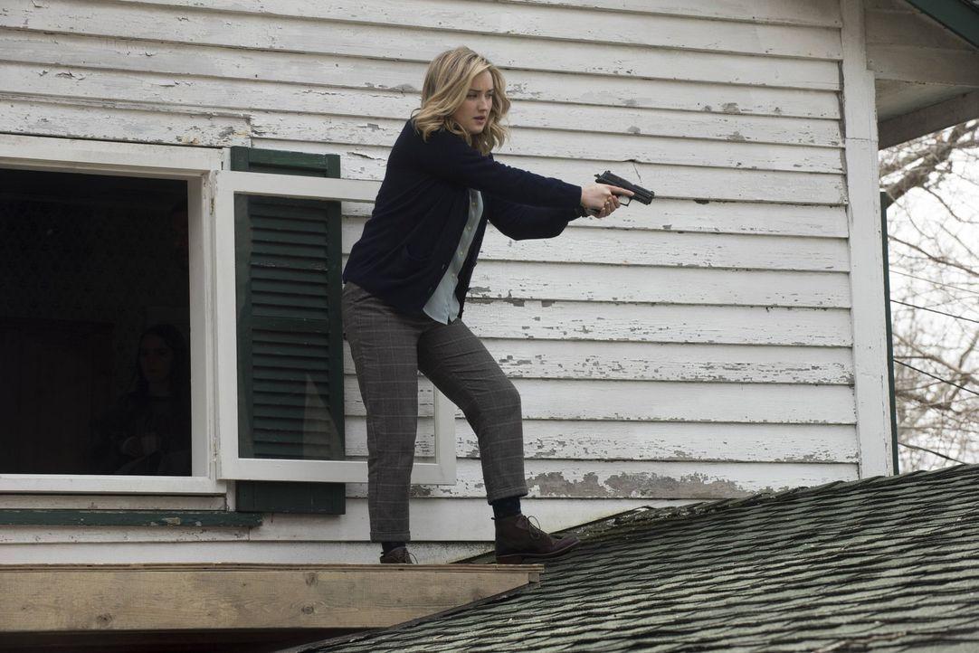 Mit kühlem Kopf tritt Patterson (Ashley Johnson) den Killern entgegen. Nur über ihre Leiche werden diese an die junge Autistin Mya kommen ... - Bildquelle: Warner Brothers