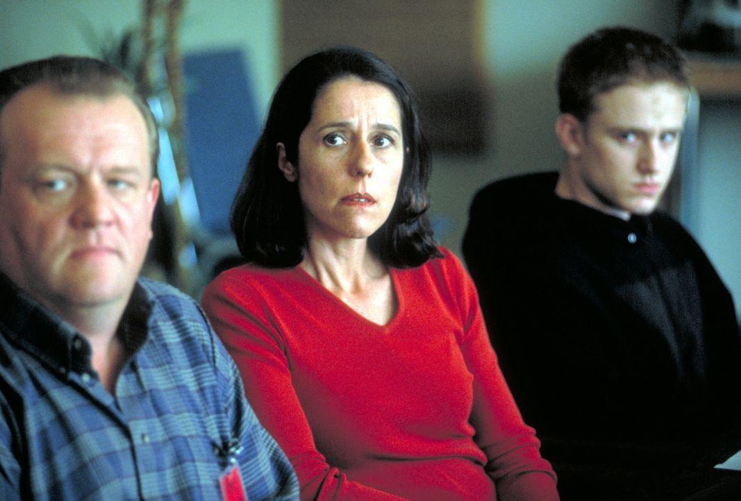 Erst spät geht Trevors (Ben Foster, r.) Eltern (Eric Keenleyside, l. und Glynis Davies, M.) auf, dass sie nicht ganz unschuldig an dem Drama sind ... - Bildquelle: Viacom Productions Inc.