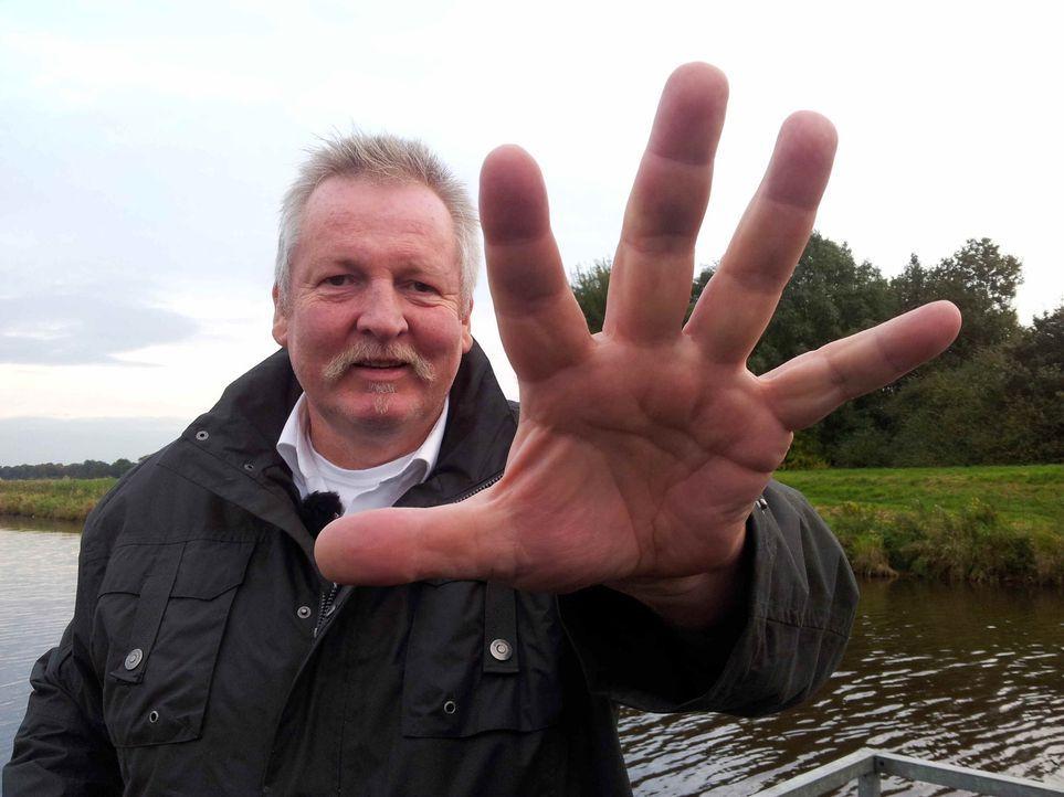 """2,05 m groß, 145 kg schwer, Hände so groß wie Bratpfannen und doch so sensibel: Tamme Hanken ist ein sogenannter """"Knochenbrecher"""". Der Ostfriese... - Bildquelle: SAT.1"""