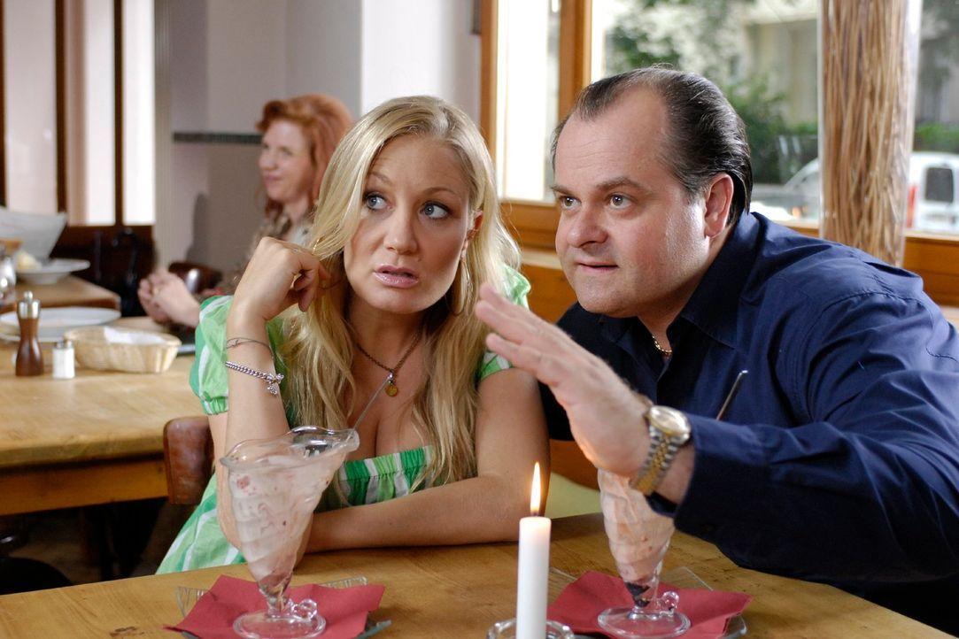 Markus (Markus Majowski, r.) macht in einer Bar ein Date mit dem absoluten Traumschuss Janine (Janine Kunze, l.) klar. Allerdings entpuppt sich der... - Bildquelle: Max Kohr Sat.1