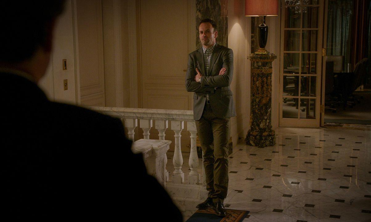 Endlich hatte Holmes (Jonny Lee Miller) sich durchgerungen, Frieden mit seinem Vater zu schließen, doch dann stellt sich heraus, dass Morland ihm un... - Bildquelle: 2015 CBS Broadcasting Inc. All Rights Reserved.