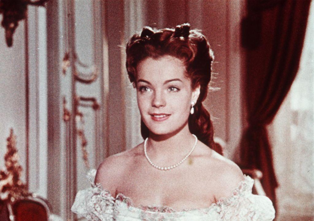 Eigentlich ist Sissi (Romy Schneider) sehr glücklich, aber die Schwierigkeiten mit der Kaiserin-Mutter machen ihr schwer zu schaffen ... - Bildquelle: Herzog-Filmverleih
