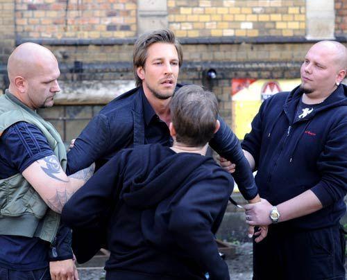 Frank bekommt es mit dem Schlägertrupp zu tun, den Ronnie auf ihn angesetzt hat. - Bildquelle: Christoph Assmann - Sat1