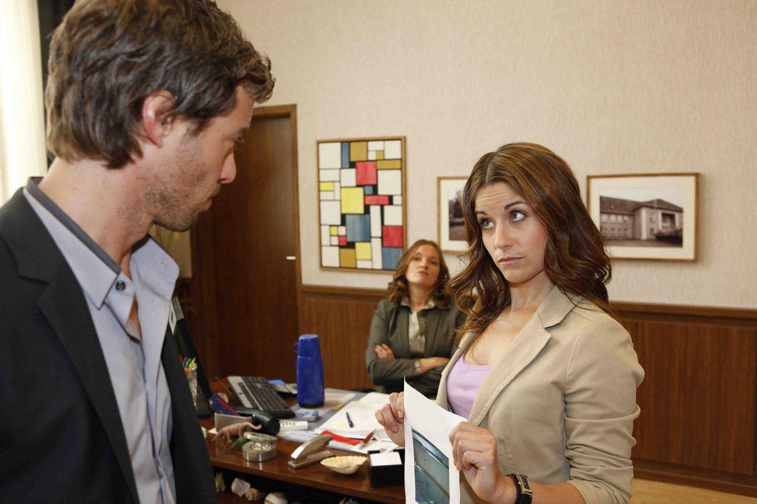 Als sich Bea (Vanessa Jung, r.) für Luzi einsetzt, setzt Julian (Sebastian Hölz, l.) Gabriele (Marie Schneider, M.) wegen ihrer Bestrafung unter D... - Bildquelle: SAT.1