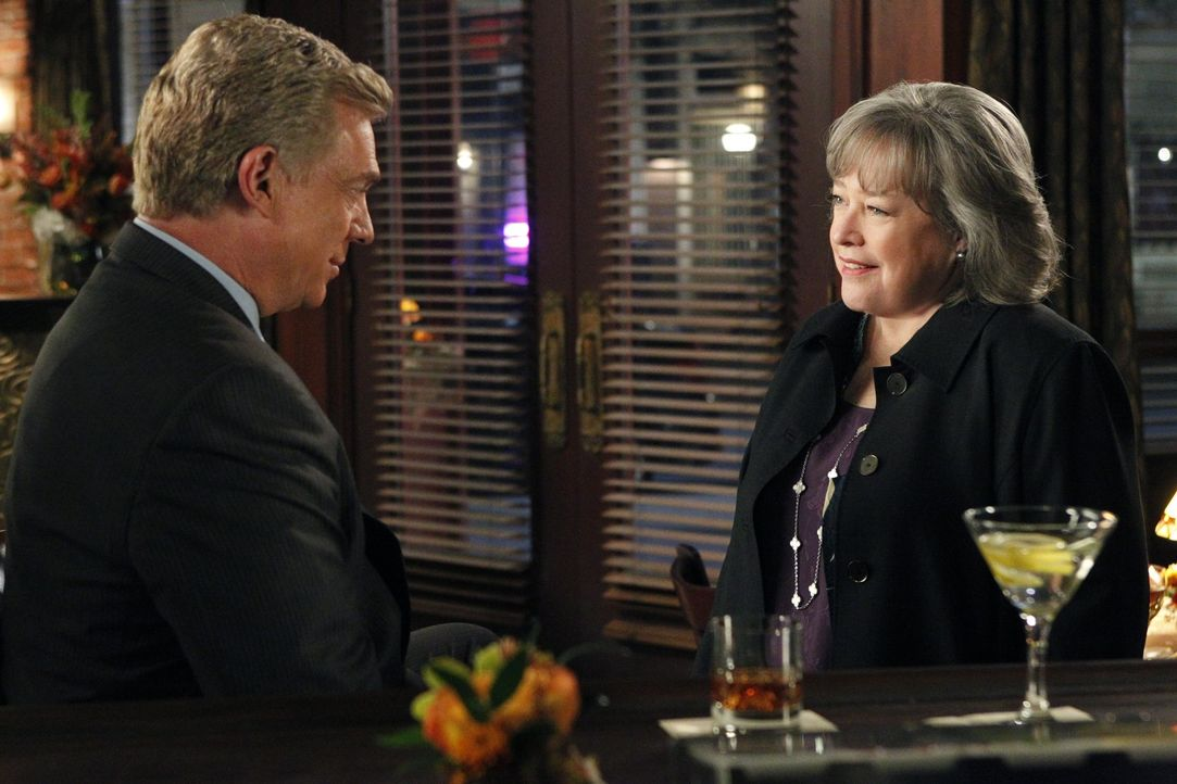 Was läuft zwischen Harriet (Kathy Bates, r.) und Tommy Jefferson (Christopher McDonald, l.)? - Bildquelle: Warner Bros. Television