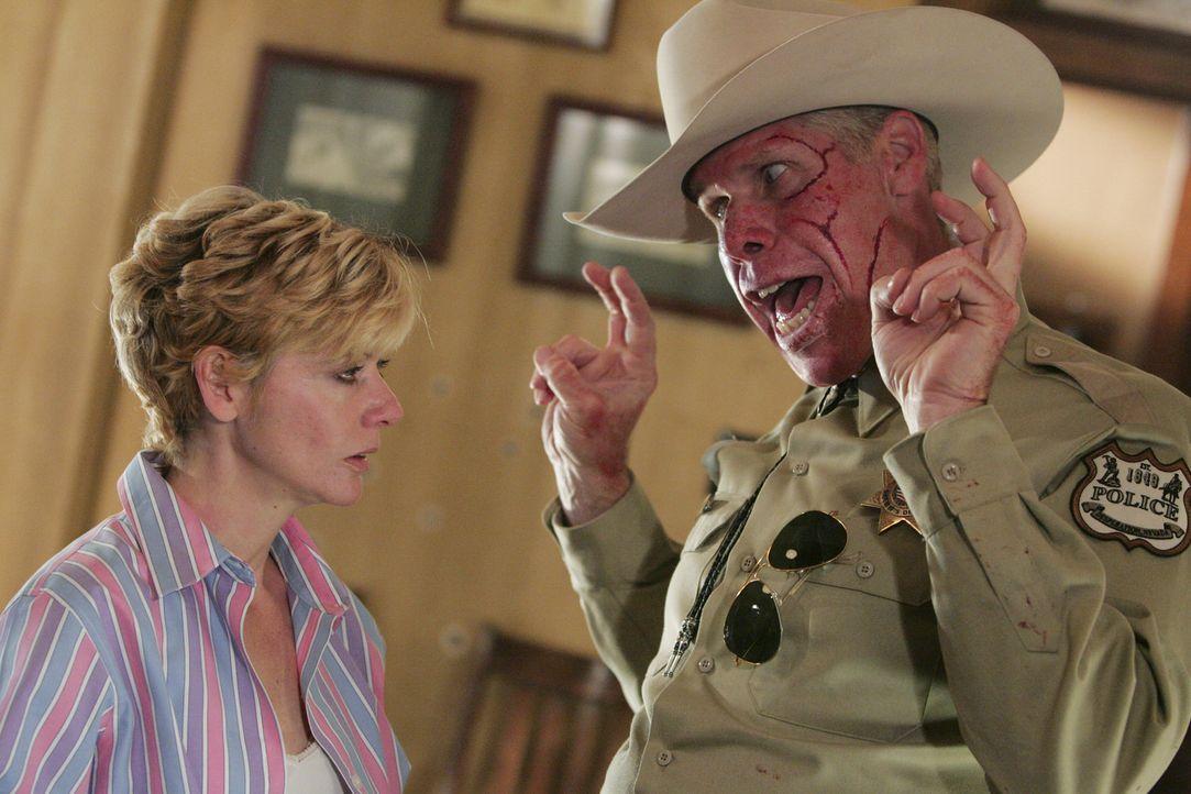 Unter einem Vorwand lockt der irrsinnige Sheriff Collie Entragian (Ron Perlman, r.) Ellie (Sylva Kelegian, l.) und ihre Familie in seine Stadt, Desp... - Bildquelle: Buena Vista International. All rights reserved