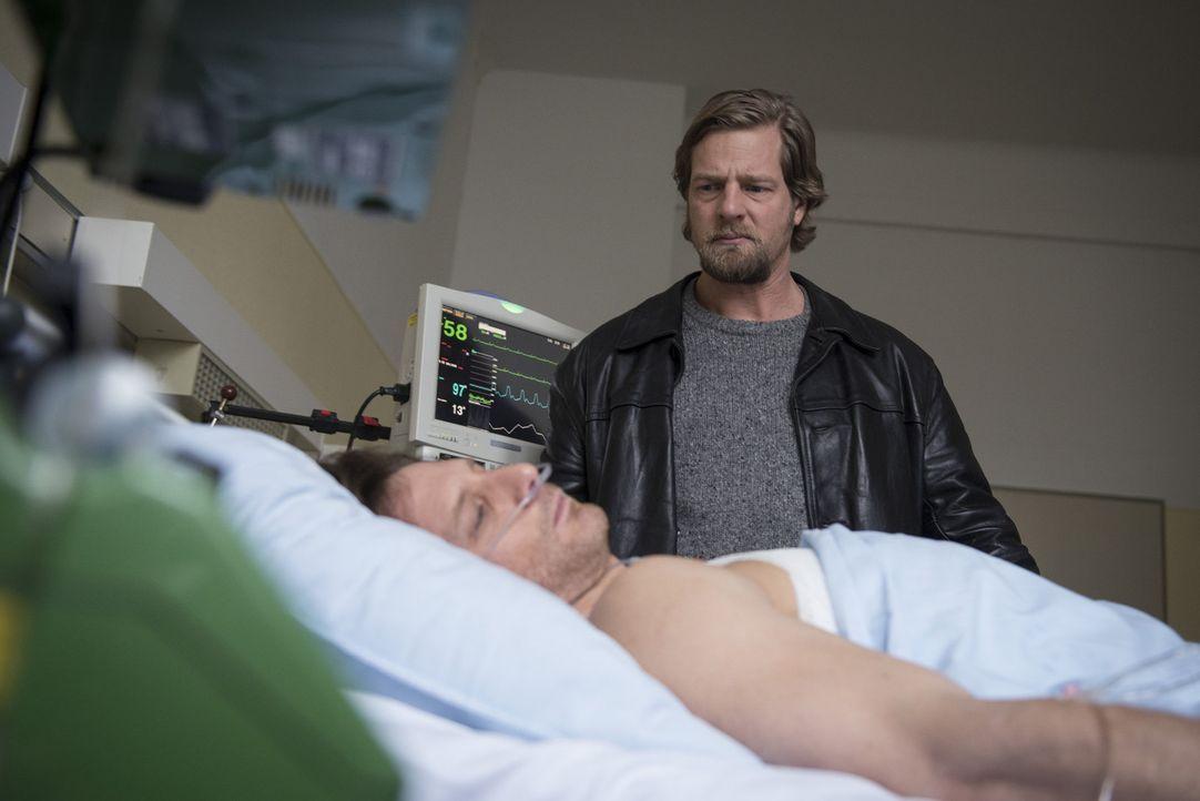 Mick (Henning Baum, r.) ist in großer Sorge um Bernie Schaller (Hendrik Duryn, l.). Dieser liegt, nachdem bei Körtings Festnahme auf ihn geschosse... - Bildquelle: Martin Rottenkolber SAT.1