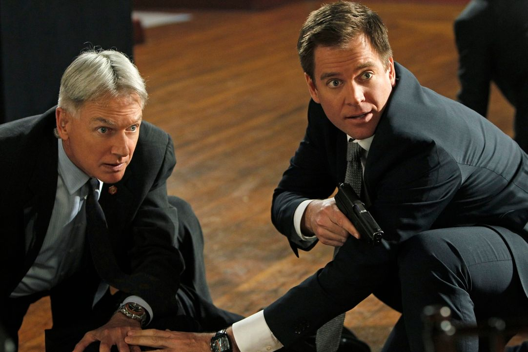 Ermitteln in einem neuen Fall: Gibbs (Mark Harmon, l.) und Tony (Michael Weatherly, r.) ... - Bildquelle: 2012 CBS Broadcasting Inc. All Rights Reserved.