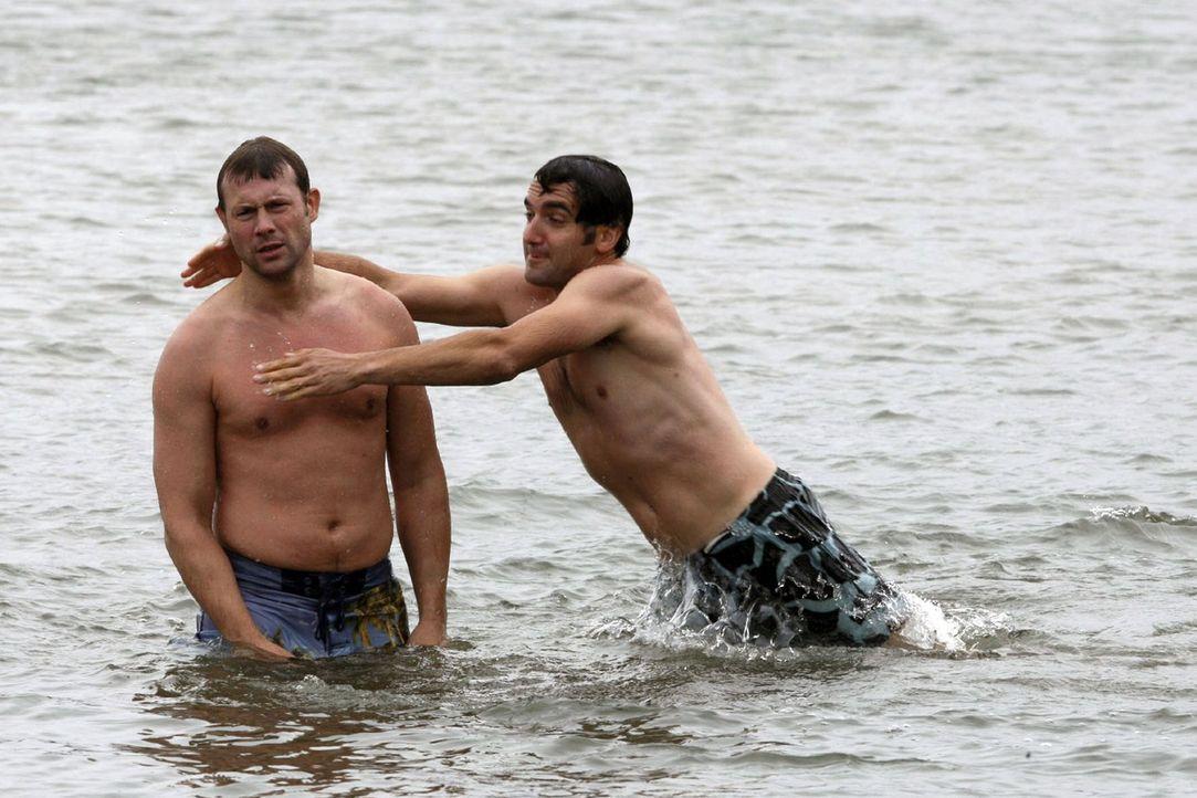 Baden im Fluss macht verdammt viel Spaß - sich Wasser ins Gesicht spritzen, dem anderen die Luftmatratze unterm Hintern zu klauen, ihn unter Wasser... - Bildquelle: Sat.1