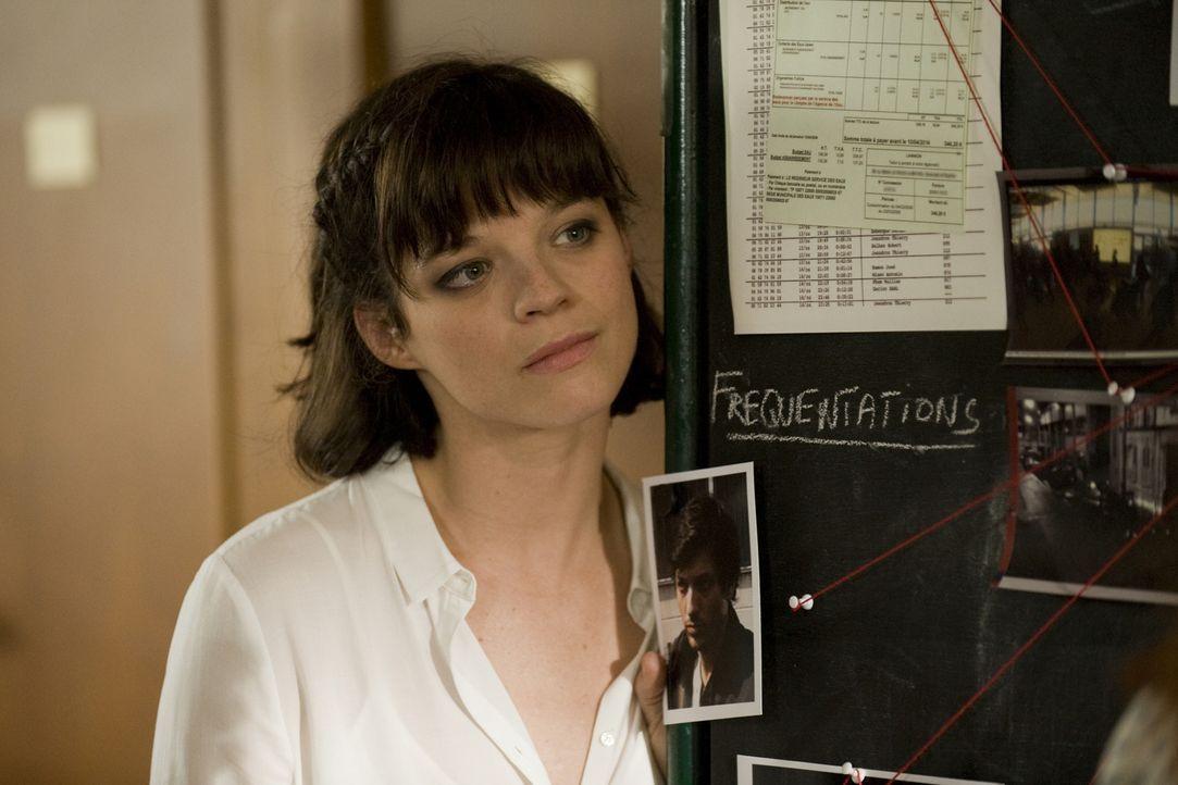 Chloé entdeckt auf der Kamera eines ermordeten Fotografen freizügige Bilder von Adèle (Juliette Roudet). Hat sie etwas mit dem Mord zu tun? - Bildquelle: 2015 BEAUBOURG AUDIOVISUEL