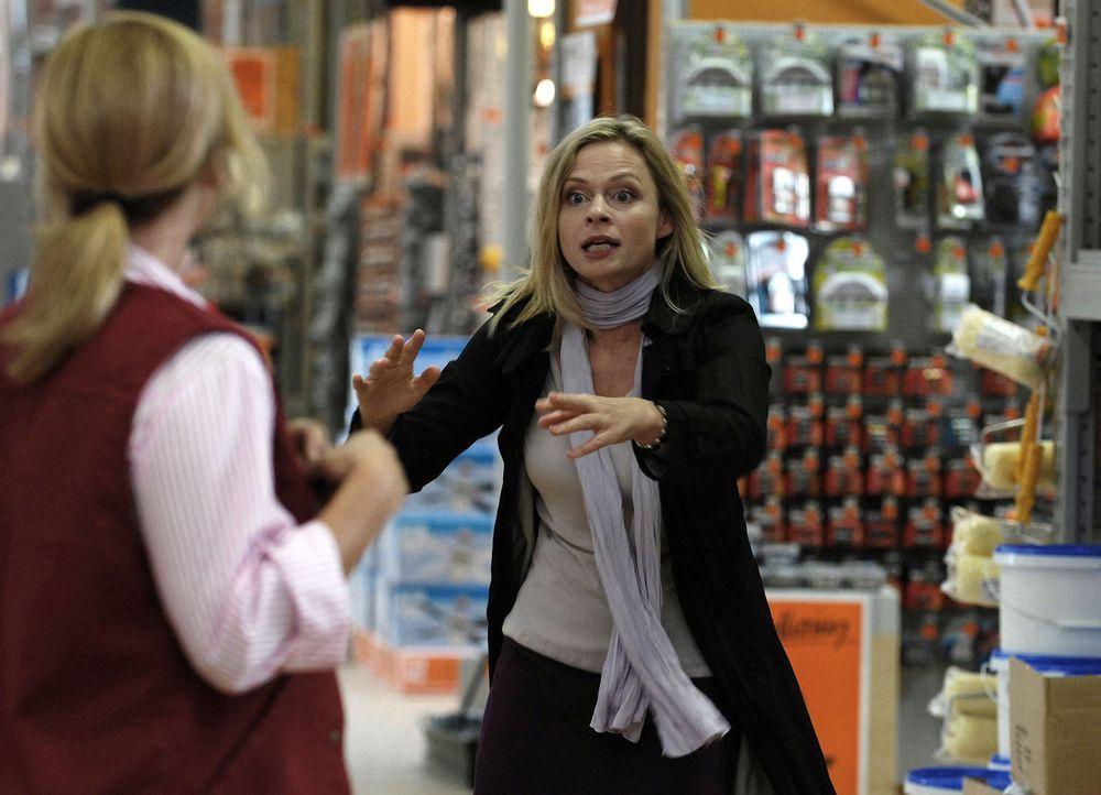 Als Ines (Susanna Simon, r.) einen Ex-Schulfreund im Baumarkt durch einen herabstürzenden Kronleuchter schwer verletzt, wird sie gefeuert. Und weni... - Bildquelle: SAT.1