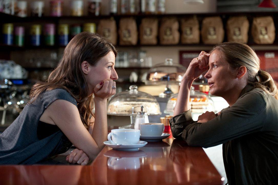Frieda (Julia Hartmann, l.) ist mit Karo (Valerie Niehaus, r.) seit Jahren befreundet, obwohl ihr Privatleben nicht unterschiedlicher sein könnte.... - Bildquelle: Maria Krumwiede SAT.1
