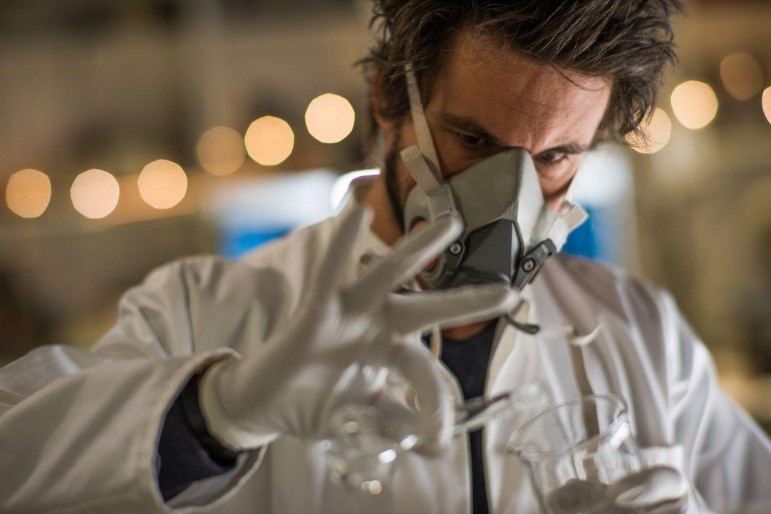 """Physikprofessor Felix """"Einstein"""" Winterberg (Tom Beck) hat nur noch wenige Jahre zu leben, weswegen er unermüdlich seine Forschungen vorantreibt - m... - Bildquelle: Wolfgang Ennenbach SAT.1"""