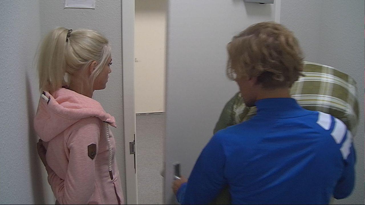 """Jens begleitet Sarah Knappik zur Tür. Für sie ist Endstation bei """"Promi Big Brother"""" - Bildquelle: SAT.1"""