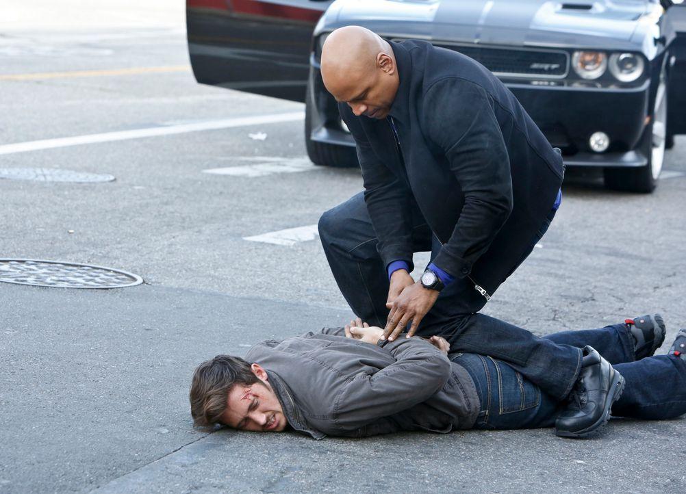 Bei den Ermittlungen gerät Sam (LL Cool J, r.) ins Visier der Täter. Doch was hat Amir (Tamer Aziz, l.) damit zu tun? - Bildquelle: CBS Studios Inc. All Rights Reserved.