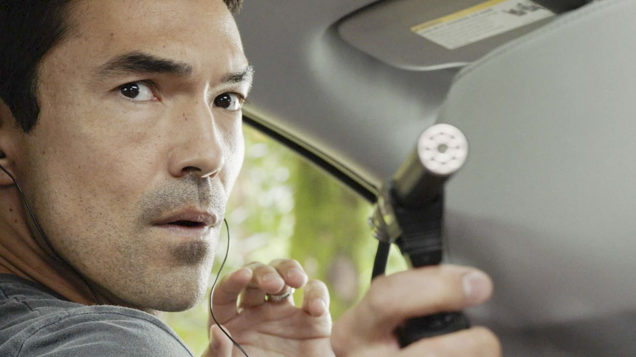 Schickt seine Kollegin in eine gefährliche Situation: Adam (Ian Anthony Dale) ... - Bildquelle: 2018 CBS Broadcasting, Inc. All Rights Reserved