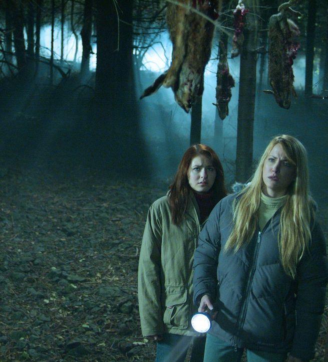 Schon bald wird Karen (Lori Heuring, r.) ihren beiden Töchtern Sarah (Scout Taylor-Compton, l.) und Emma klar, dass es in der Umgebung ihres ererbte... - Bildquelle: Nu Image Films