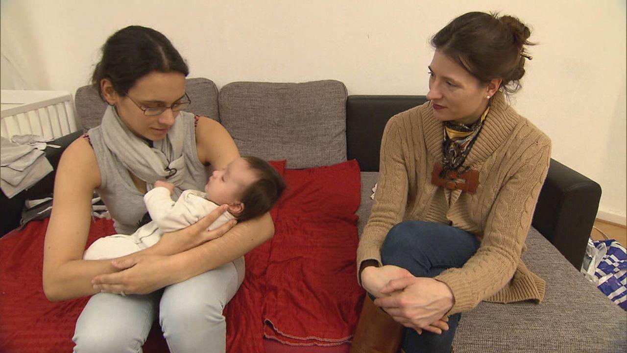Familienhebamme Julia Pagels (r.) steht der 19-jährigen Milena (l.) hilfreich zur Seite ... - Bildquelle: SAT.1