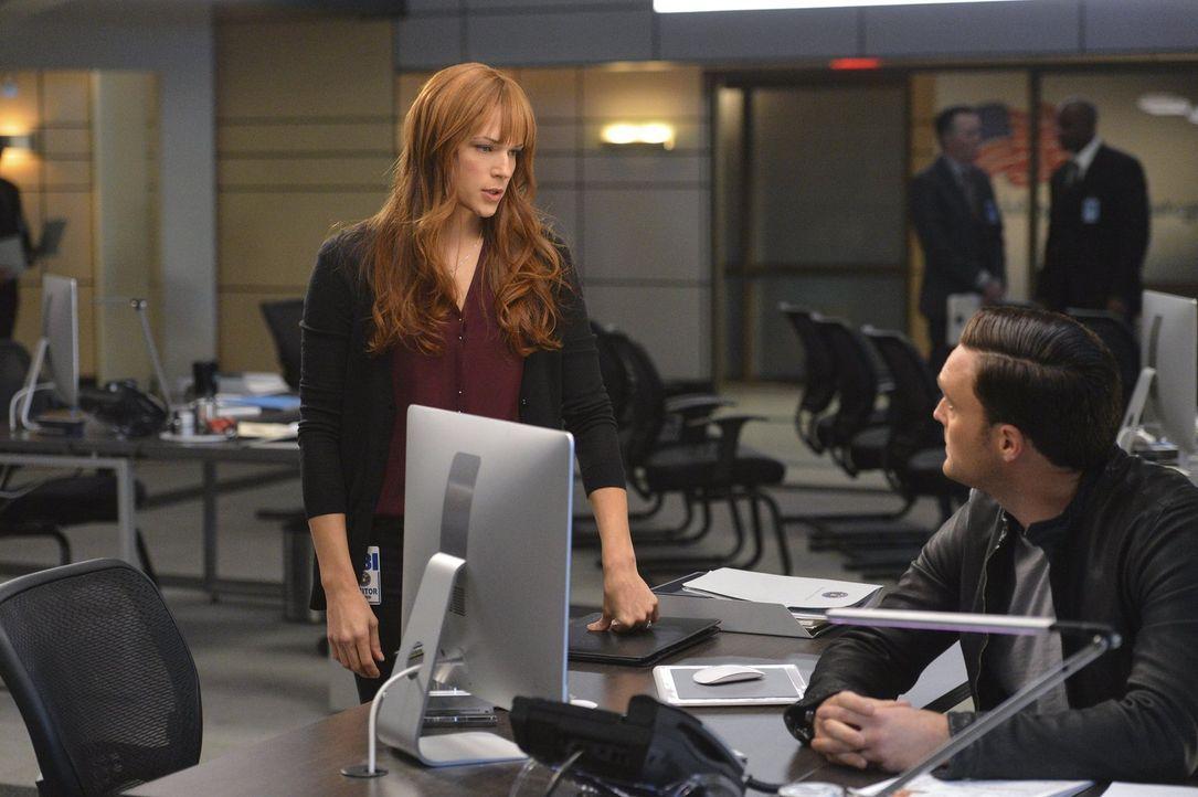 Rigsby (Owain Yeoman, r.) und Van Pelt (Amanda Righetti, l.) reisen nach Austin, um die Verdächtigen der Angriffe auf CBI-Mitglieder zu befragen ... - Bildquelle: Warner Bros. Television