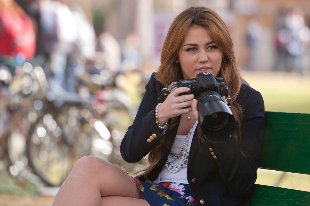 Als Undercoveragentin an dem elitären College muss die burschikose Molly (Miley Cyrus) nicht nur chic gekleidet sein, sondern sich auch ihre sonst s... - Bildquelle: Saeed Adyani Bluefin Productions LLC