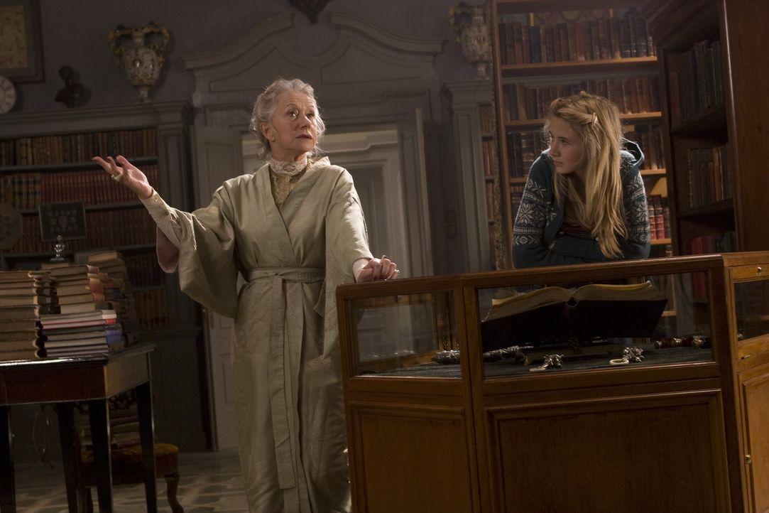 Schnell merkt Meggie (Eliza Bennett, r.), dass die Büchersammlung für ihre Großtante Elinor (Helen Mirren, r.) von großer Bedeutung ist. - Bildquelle: Warner Brothers