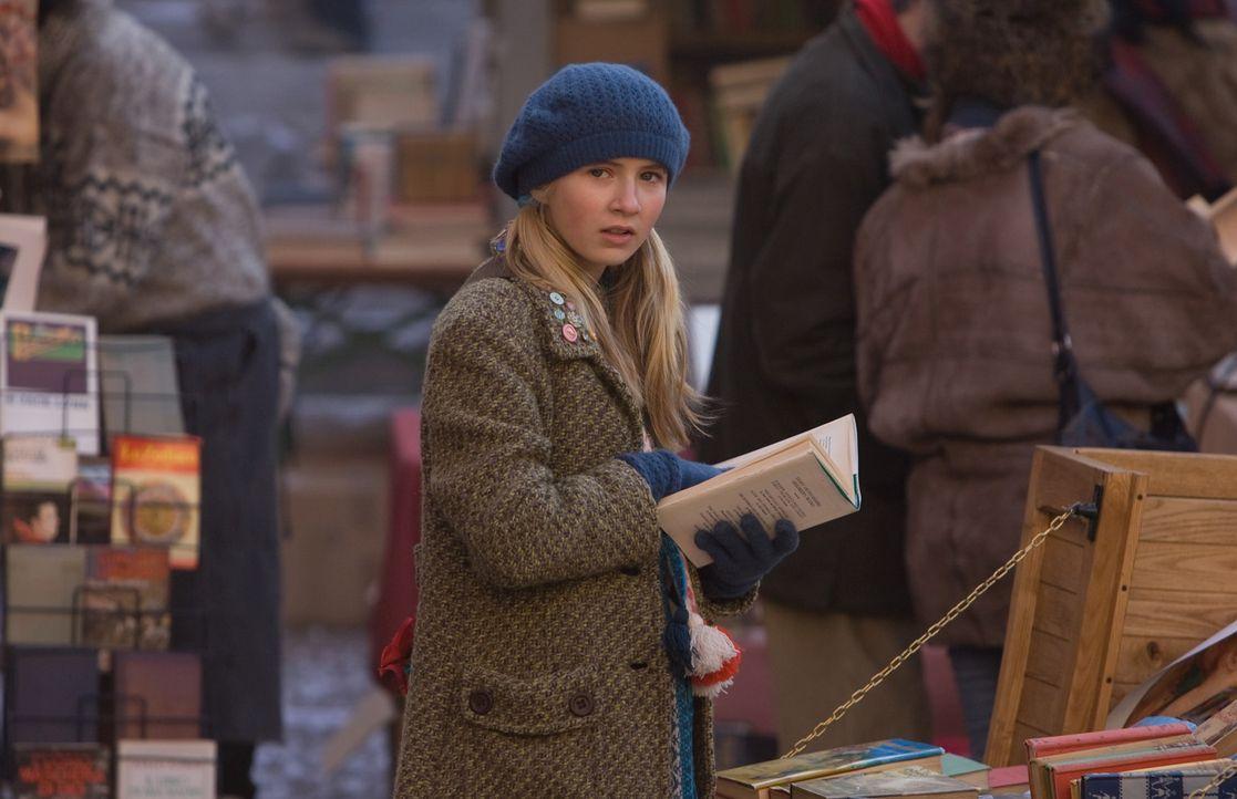 Hält sie wirklich das Buch in den Händen, das ihr Vater schon seit Jahren sucht? Meggie (Eliza Bennett) ahnt nicht, dass ihr ein aufregendes Abent... - Bildquelle: Warner Brothers