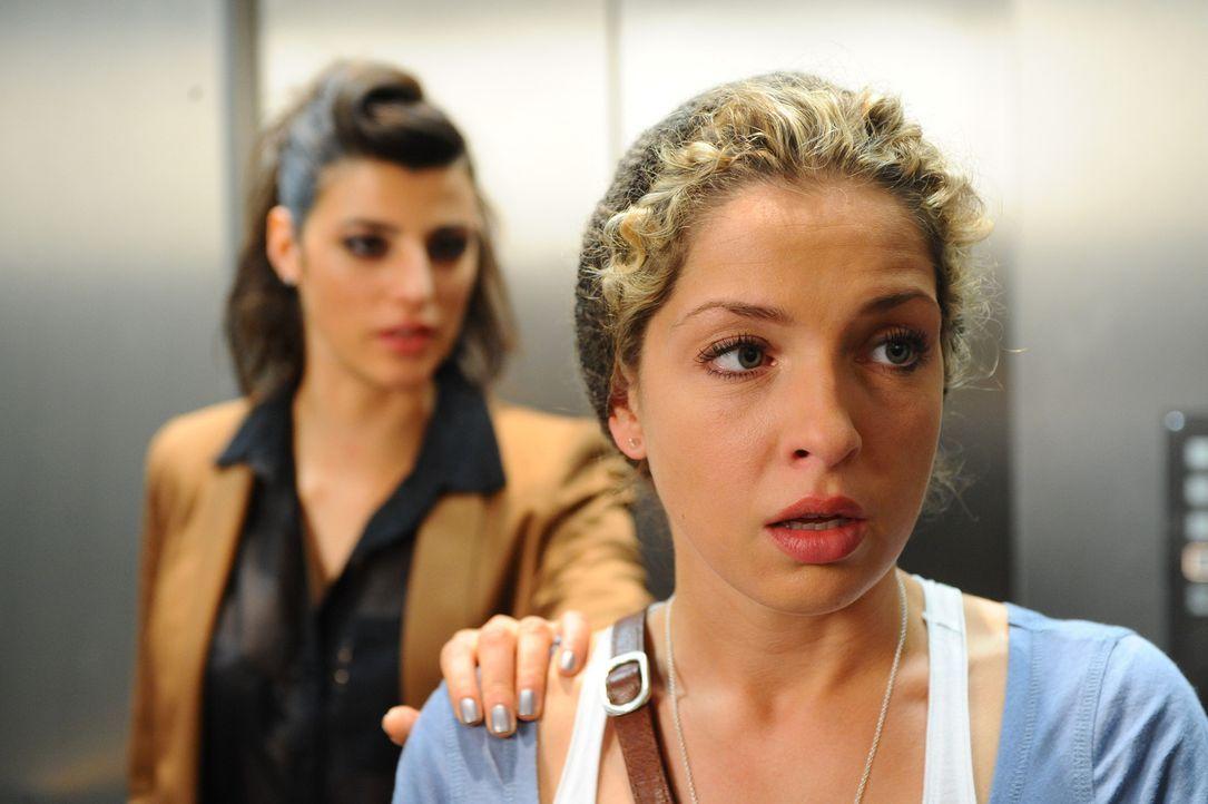 Als Nina (Maria Wedig, r.) auf Carla (Sarah Mühlhause, l.) trifft, ist sie schockiert ... - Bildquelle: SAT.1