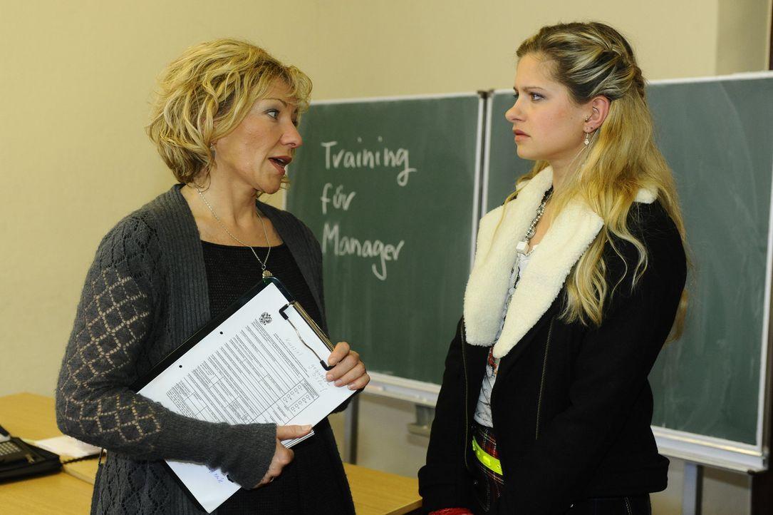 Mia (Josephine Schmidt, r.) möchte nach dem Vorfall mit Katja endlich lesen und schreiben lernen und meldet sich in der Volkshochschule zu einem Ku... - Bildquelle: SAT.1