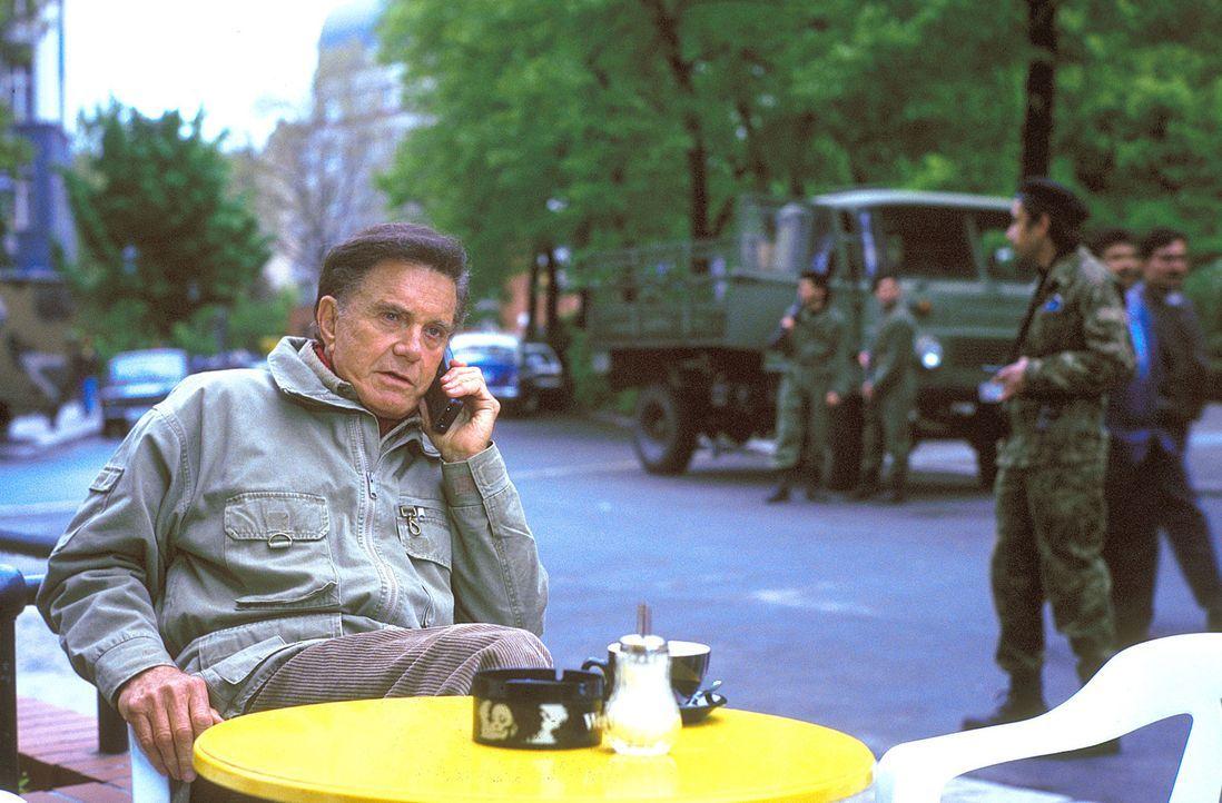 Col. Cliff Garret (Cliff Robertson) macht als Undercover-Agent der CIA Geschäfte mit einem Babyhändlerring. - Bildquelle: ProSieben