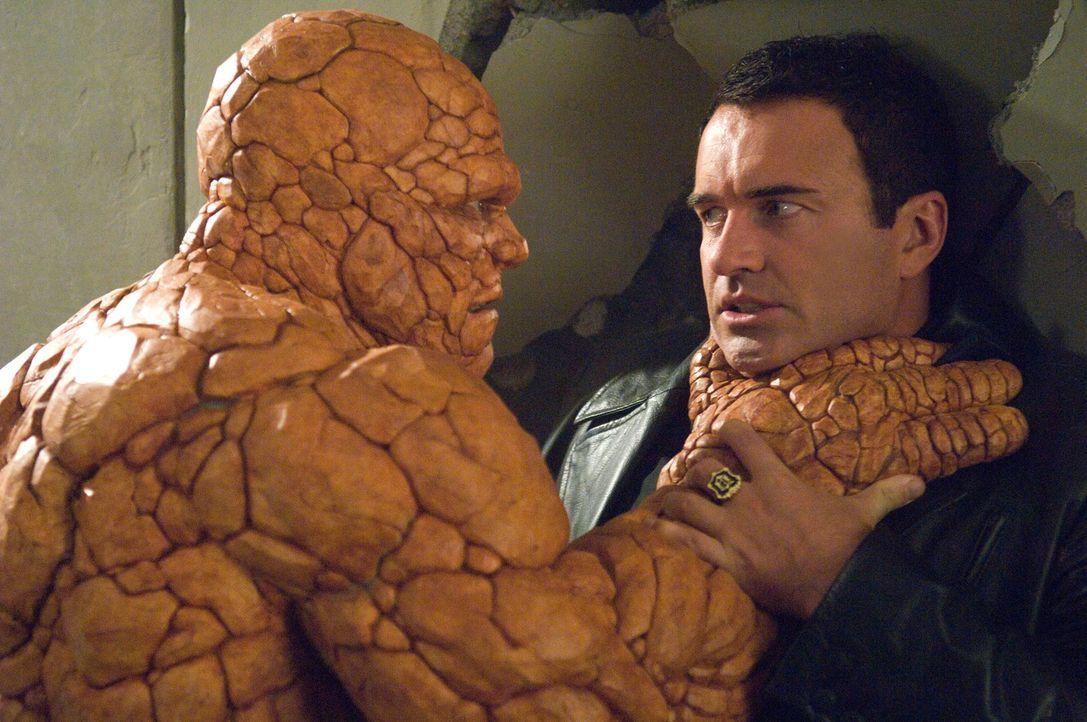 """Der Erzfeind der """"Fantastic Four"""" macht ihnen das Leben schwer: Ben (Michael Chiklis, l.) gibt sich Dr. Doom (Julian McMahon, r.) jedoch nicht so le... - Bildquelle: Twentieth Century Fox"""