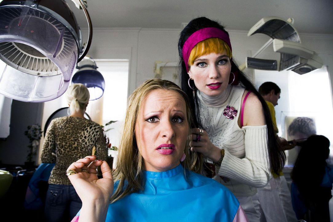 Ein Friseursalon: Schönheitszentrum und Tratschbörse in einem. Das Neueste aus der Nachbarschaft wird hier direkt zur Frisur mitgeliefert. Bei dem... - Bildquelle: Sat.1