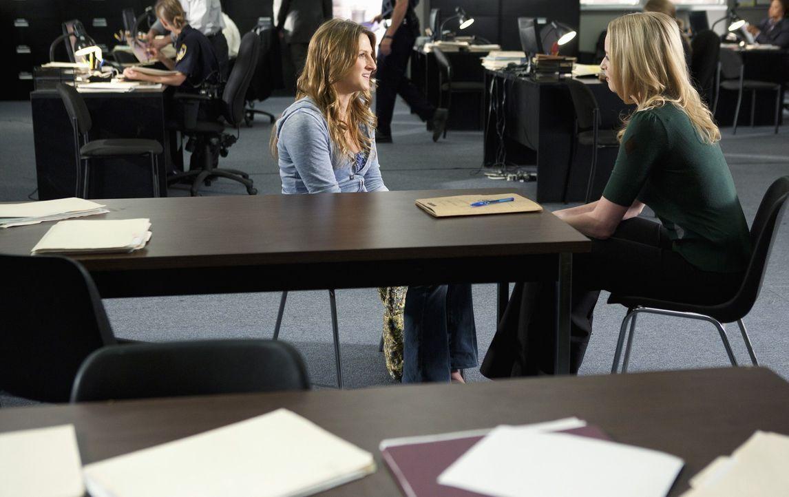 Um Hinweise auf den Täter zu finden, spricht Ashley (Rachel Nichols, r.) mit Michelle Weston (Bryn Abbott), der besten Freundin, des letzten Opfers.... - Bildquelle: ABC Studios