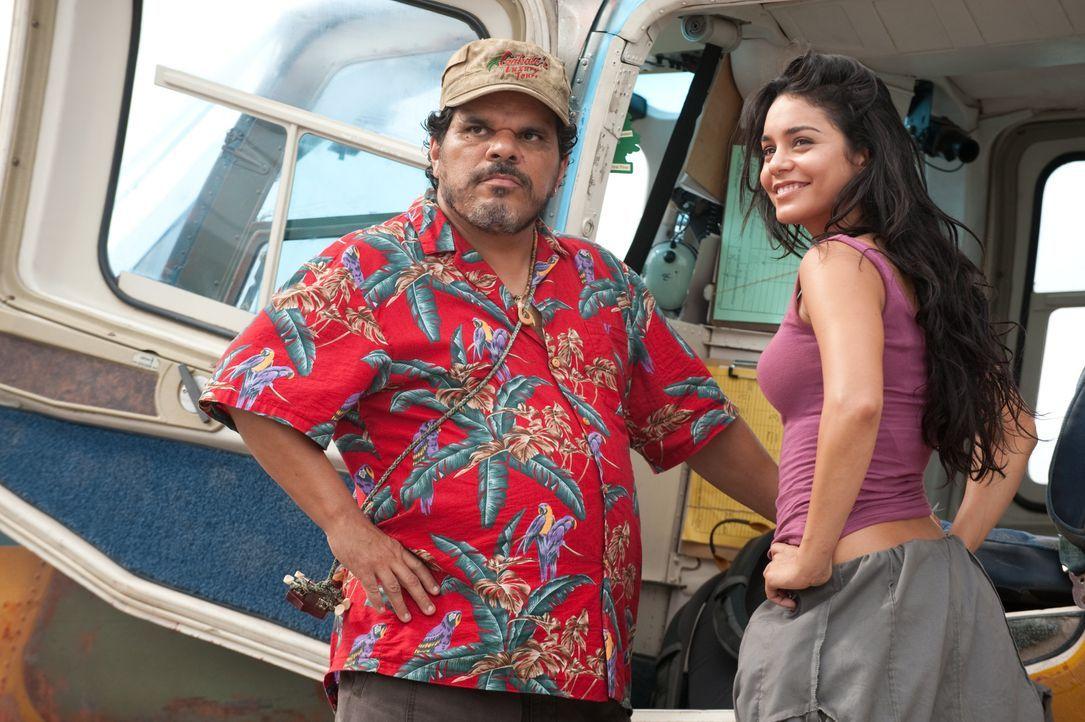 Weil sie dringend Geld benötigen, willigen Gabato (Luis Guzmán, l.) und seine Tochter Kailani (Vanessa Hudgens, r.) ein, die beiden Abenteurer Sean... - Bildquelle: Warner Bros.