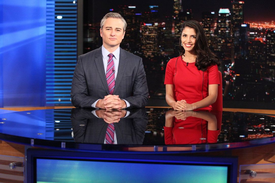 Während die Nachrichtensprecher John Bardo (Kerr Smith, l.) und Adele Marshall (Nazneen Contractor, r.) live auf Sendung sind, wird  bei John Brado... - Bildquelle: Warner Bros. Entertainment, Inc.