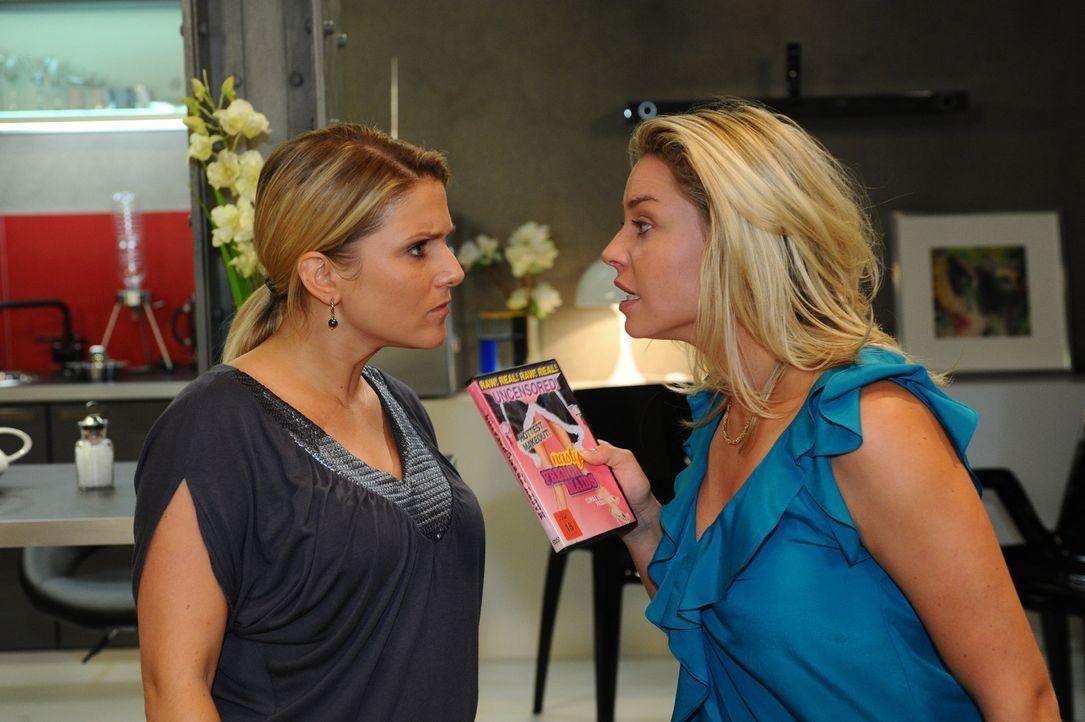 Geraten aneinander: Anna (Jeanette Biedermann, l.) und Katja (Karolina Lodyga, r.) ... - Bildquelle: SAT.1
